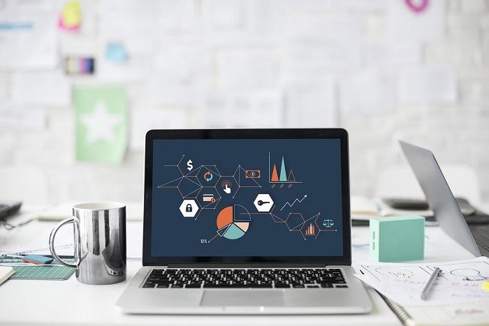 image d'un ordinateur portable avec des statistiques webmarketing